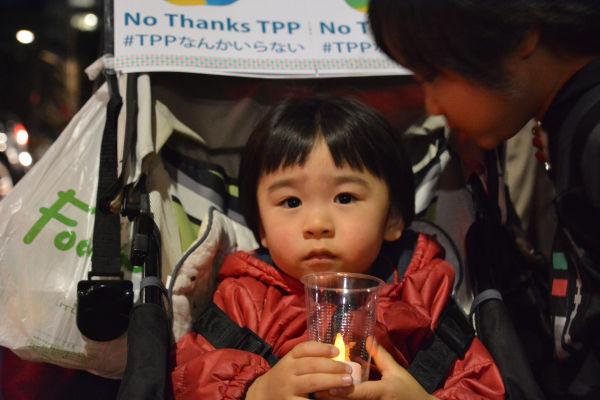 母親は「子供たちの将来を考えるとTPPには断固反対」と語った。=30日、国会議事堂前 撮影:筆者=