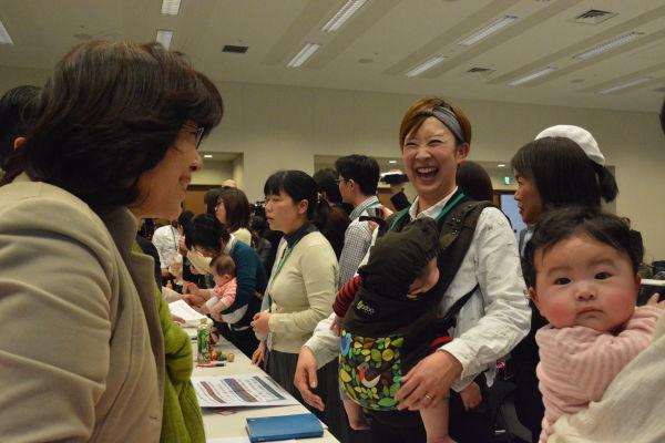 小児科医でもある阿部知子議員(左)は「いま声をあげなければ(保育環境改善の)チャンスは永遠に来ない」と憂慮した。=23日、衆院会館 撮影:筆者=