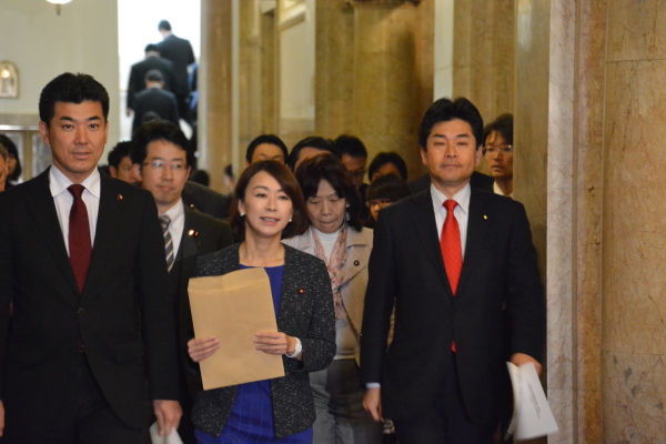 法案提出のために衆院事務総長室に向かう野党議員。=24日午後3時、国会院内 撮影:筆者=