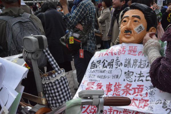 アベシンゾー人形を乗せた自転車も撤去の憂き目に遭った。「森高千里人形」だったら、果たしてどうなっただろうか?=20日、ハチ公前広場 撮影:筆者=