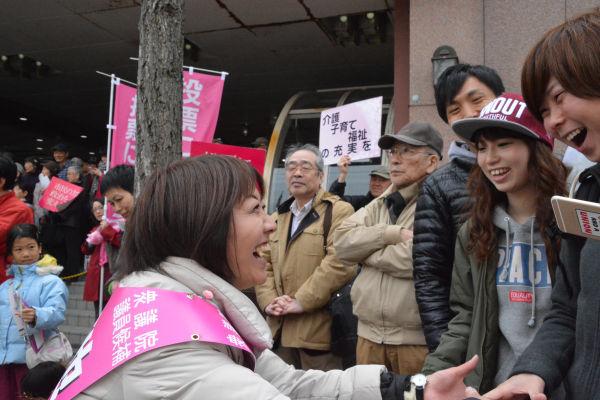 「政治家の感じがしない、近い存在」。若者たちのイケマキ評だ。=16日、JR新札幌駅前 撮影:筆者=