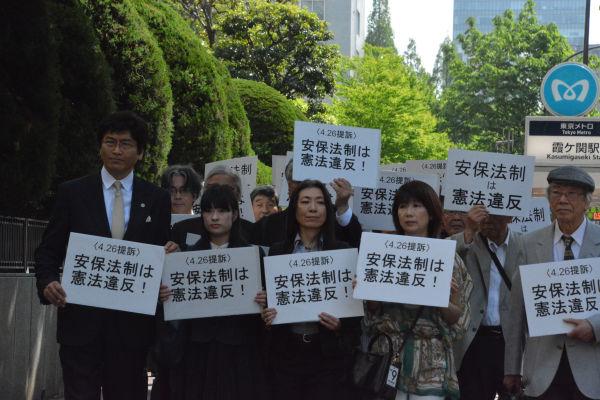 安保法制違憲訴訟の提訴のため東京地裁に入る原告団。=26日、霞が関 撮影:筆者