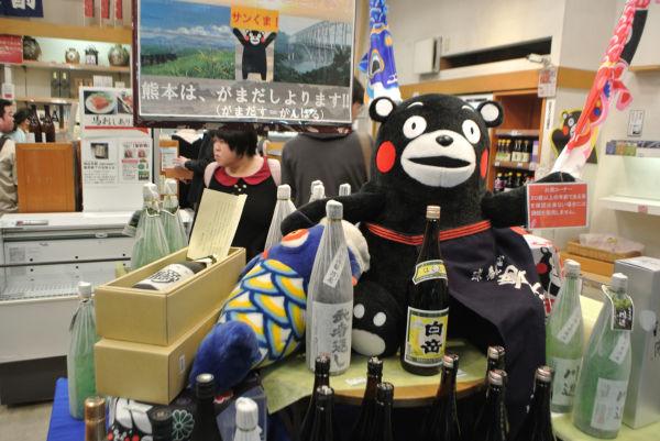 篠突く雨にもかかわらず大勢の客が訪れ、店内はごった返した。=21日、銀座熊本館 撮影:筆者=
