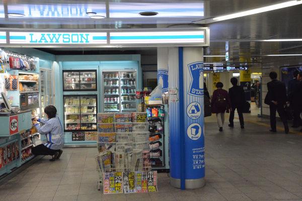 地下鉄構内のコンビニ。千手観音のようだった販売店員のスキルは、コンピュータ化で不要になった。ベテラン販売員は「(POSシステムは)疲れる」とこぼす。=都内 撮影:筆者=