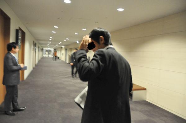 こともあろうに法務省の役人が「取り調べの全面可視化を求める議連の会議」を盗み聴きしていた。法務検察をあげて全面可視化を潰したかったことがわかる。=2010年12月9日、衆院第2会館・地下1階第7会議室前