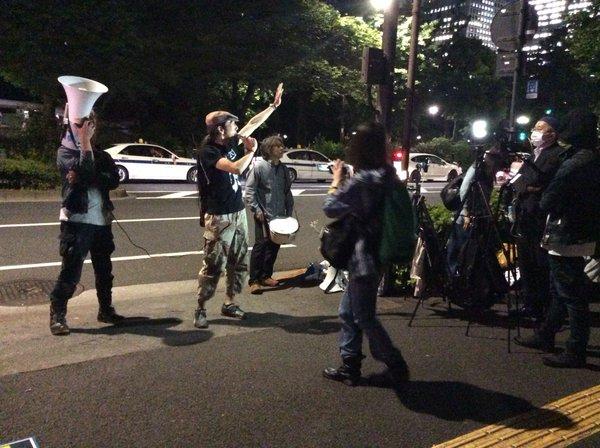 日弁連に抗議の声があがった。「人権の砦」であるはずの日本弁護士会館の前で抗議集会が開かれること自体珍しい。=16日、霞が関 撮影:集会参加者=