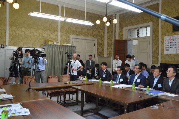 記者は数えるほどしかいなかった。テレビ局のカメラは1台だけ。他2台はIWJとビデオニュース・ドット・コム。=19日、衆院第4控室 撮影:筆者=