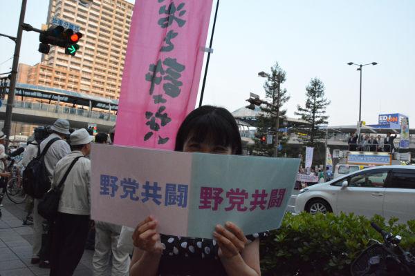 「2人とも当選させたい」と言いながらも女性は不安な表情を隠せなかった。=21日、JR尼崎駅前 撮影:筆者=