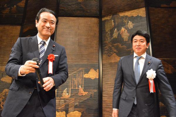 江田・民進党代表代行(左)は「女性の井戸端会議で木内議員の名前を広めて下さい」と訴えた。=26日、都内 撮影:筆者=