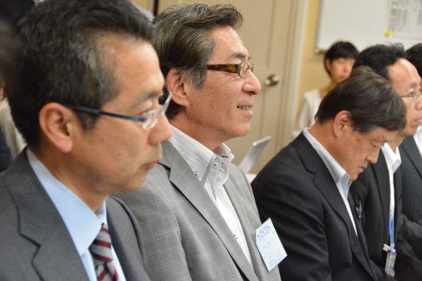 JOCの平岡専務理事(手前から2人目)は終始薄ら笑いを受かべながら、民進党議員の質問に答えた。=25日、衆院第4控室 撮影:筆者=