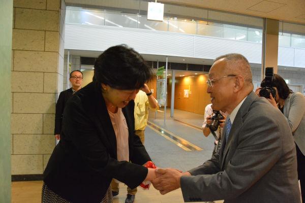 田名部候補予定者が「心から感謝いたします」と言うと、大竹医師は「胃が痛くなったら来て下さい」と答えた。=22日、青森市内 撮影:筆者=