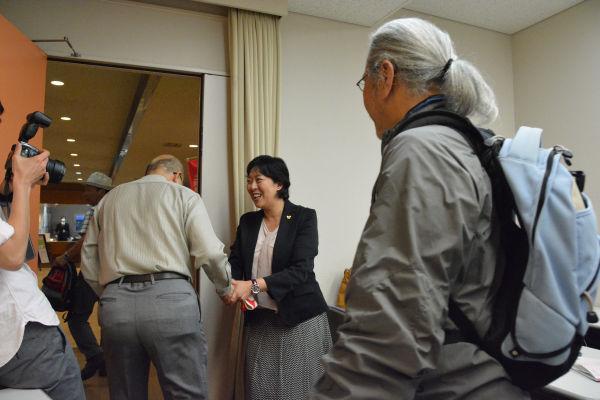 「まさよコール」も起きた。集会が終わり聴衆を送り出す田名部氏。=22日、青森市内 撮影:筆者=