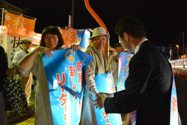 「原発再稼動が焦点になり、泉田さんが思った通りになった」。支援者たちは米山氏の立候補に胸をなで下ろした。=30日午後6時30分頃、新潟市西区。撮影:筆者=