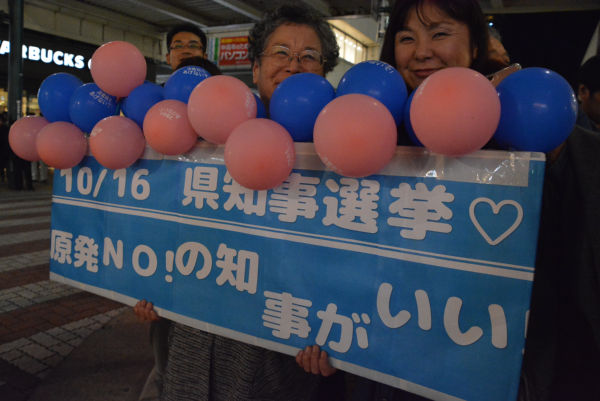 「新潟県としてNOを貫けるのは米山さん」。新潟市内の支援者たちがプラカードを作成した。=14日夕、新潟市内 撮影:筆者=