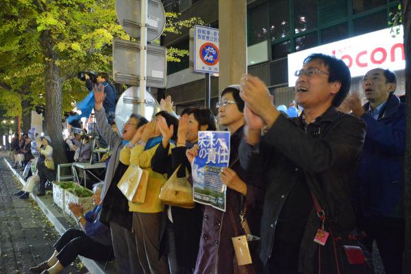 集まった市民たちは動員ではなかった。「ヨネヤマ、ヨネヤマ」・・・自然発生的に「米山コール」があがった。=15日夕方、新潟駅万代口 撮影:筆者=