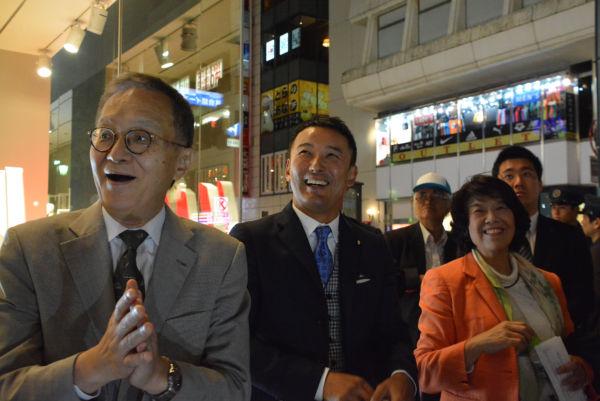 「原発ゼロの会」事務局長の阿部知子議員は4回も新潟入りした。山本太郎議員(中央)、笠井亮議員(左)も応援に駆け付けた。=14日夕、新潟市内 撮影:筆者=