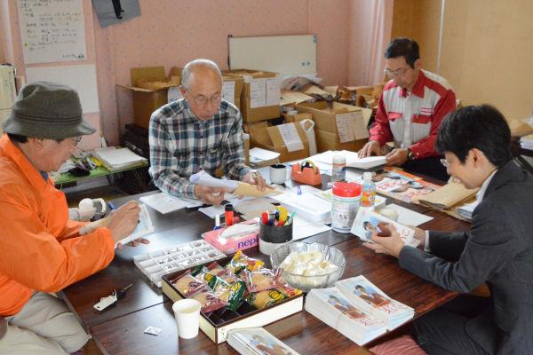 市民ボランティアたちが13日の告示に向けた準備を進める。=31日、竹内陣営事務所 撮影:筆者=