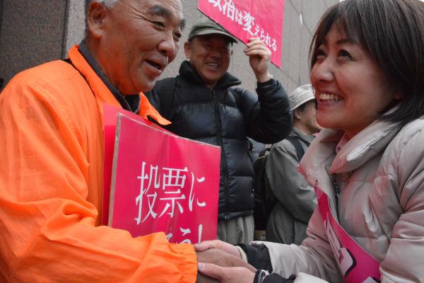 北海道5区補選で与党候補を追い詰めた池田まき候補。全国から約600人のでんわ勝手連が参戦し、5万本以上の電話をかけた。=4月、札幌市 撮影:筆者=