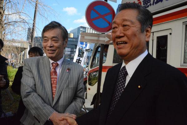 共産党の国対委員長と元自民党の幹事長が同じ街宣車に乗る。「昨日の敵は今日の友」を地で行く光景だ。=25日、京都駅前 撮影:筆者=