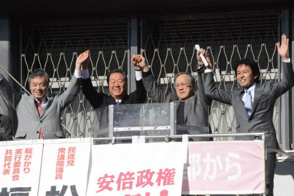 野党共闘の街宣に登場したのは、民進党の地元議員ではなく、熊本の松野頼久議員(右端)だった。=25日、京都駅前 撮影:筆者=