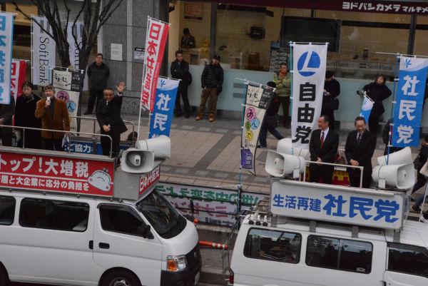 「カジノ問題を考える大阪ネットワーク」から桜田照雄・阪南大学教授(茶色ジャケット)が野党街宣に加わった。=5日、大阪梅田 撮影:筆者=