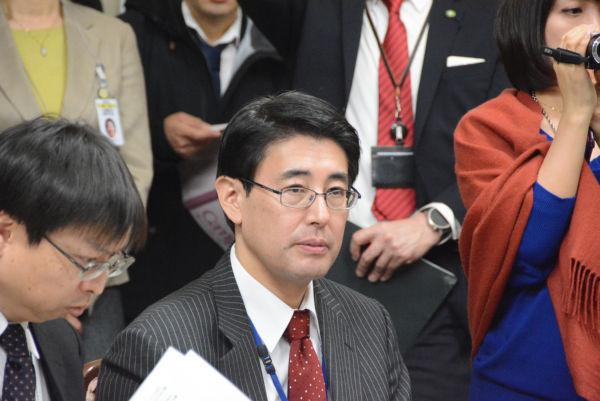アベちゃんによく似た財務官僚(右)。21日は大阪に出張り、近畿財務局で開かれたヒアリングの際は出先の役人に目を光らせていた。=22日、衆院第4控室 撮影:筆者=