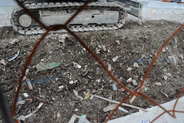 財務省理財局長が確認したとする「プラスチック、廃材、生活ゴミ」などが、学校用地に大量に埋まっていた。搬出したはずでは・・・=18日、瑞穂の国小學院建設現場 撮影:筆者=