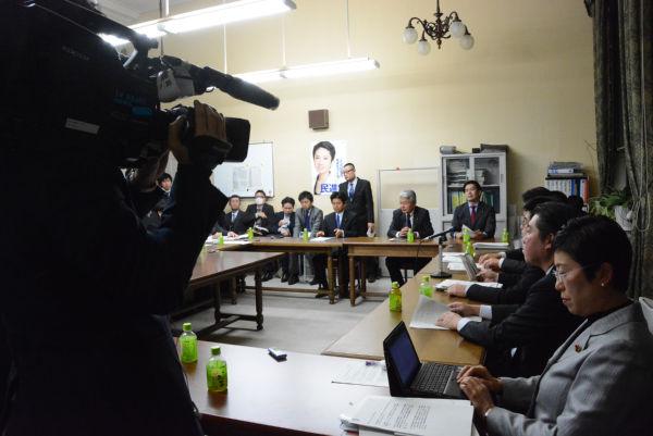 ヒアリング会場で撮影するテレビ朝日のカメラマン。日本のテレビ局でただ一社だった。=22日、衆院第4控室 撮影:筆者=