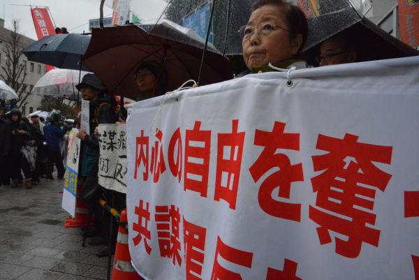 参加者たちは冷たい雨に打たれながら「共謀罪(の国会上程)を閣議決定するな」と訴えた。=21日朝、首相官邸前 撮影:筆者=