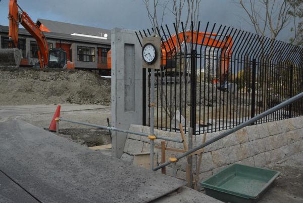 安倍晋三記念小学校の建設は着々と進んでいた。「8億円の土」は、まだ山が半分ほど残っていた。=8日、豊中市 撮影:筆者=