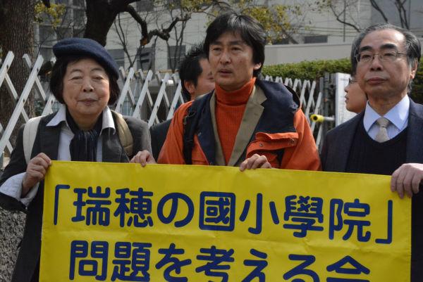 入廷する木村真・豊中市議会議員(中央)。右は原告代理人の大川一夫弁護士。=14日、大阪地裁前 撮影:筆者=