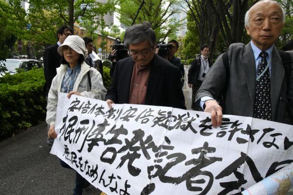 告発プロジェクトの仲間に制止されたが、藤田共同代表らは告発状提出のため東京地検に向かった。=20日午後1時頃、弁護士会館前 撮影:筆者=