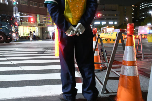地下鉄工事のガードマンは、夜8時頃から翌朝5時頃までが1勤務。報酬は9千~1万円が相場。=都内 撮影:取材班=