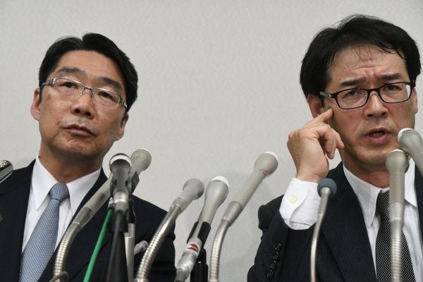 弁護士(右)を伴って記者会見に臨む前川氏。際どい質問に対して弁護士は「ノーコメント」。細心の注意を払っていた。=25日、日本弁護士会館 撮影:筆者=