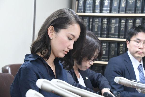 弁護士3人に付き添われて記者会見する詩織さん(手前)。=29日、霞が関・司法記者クラブ 撮影:筆者=