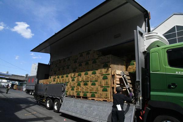 豊洲新市場はトラックの横付けができない。後ろ扉からの荷下ろしのみ可能だ。横付けしてウイングを開いた場合より5倍の時間がかかる。ドライバーは「豊洲ではやってられない」と肩をすぼめた。=17日、築地市場 撮影:筆者=