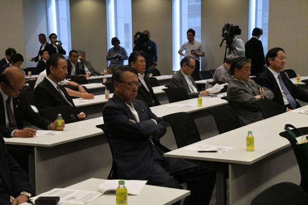 穏健な古参議員が目立った。衛藤征士郎・元衆院副議長(前列右端)の姿も。=15日、衆院会館 撮影:筆者=