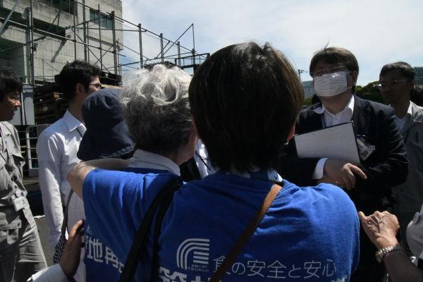 女将さんたちは小池知事に直訴を試みるも、東京都の職員に制止された。=17日、築地市場 撮影:筆者=