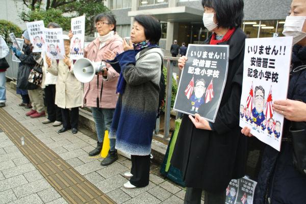 国会記者会館前に集まった市民たちは新聞・テレビに対して「森友疑惑をちゃんと報道して」と抗議した。=2月、永田町 撮影:筆者=