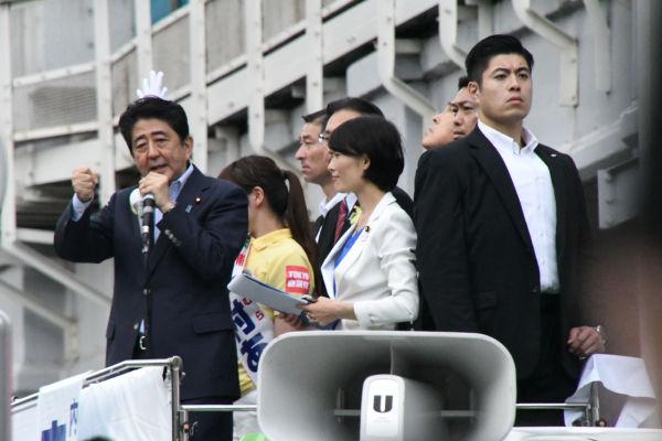 安倍首相の足下にかかる垂れ幕には「内閣総理大臣・安倍晋三」とあった。=1日、秋葉原 撮影:筆者=