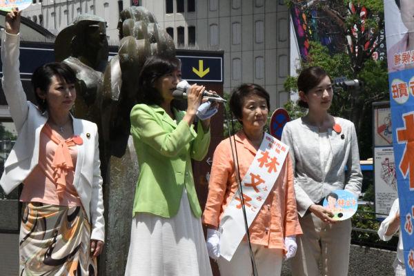 左から三原じゅん子、牧山ひろえ、林文子、佐々木さやか の各氏。=16日、横浜駅西口 撮影:筆者=