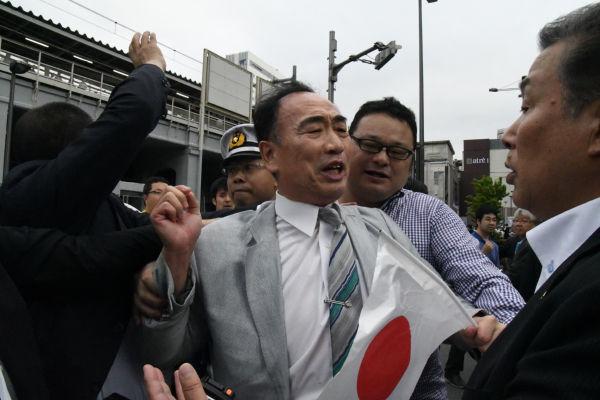 籠池前理事長は懸命に抵抗したが、警察は両脇を挟んで演説会場の外に持って行った。=1日、秋葉原 撮影:田中=