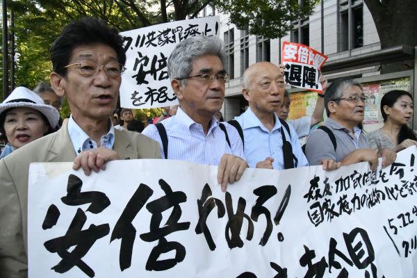 告発状提出。弁護士と共に東京地検に向かう市民団体。マスコミの姿は全くなかった。=11日、霞が関 撮影:筆者=