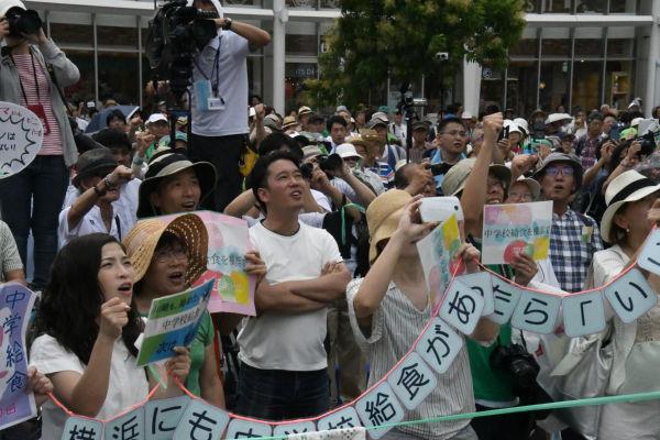 「給食実現で横浜を現役世代に選ばれる自治体にしよう」と訴える伊藤候補に、市民は熱い期待を寄せる。=16日、桜木町駅前広場 撮影:筆者=