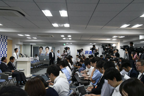 権力を追及しない日本のマスコミは、プライバシーを追及するのがお好きなようだ。=18日、民進党本部 撮影:筆者=