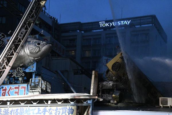 東京消防庁は火元とみられる家屋に向かって集中的に放水した。=3日午後6時50分ごろ、築地 撮影:筆者=