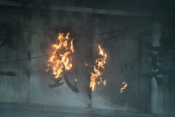 出火から1時間半近く経っても火の手があがっていた。=3日午後6時20分ごろ、築地 撮影:筆者=