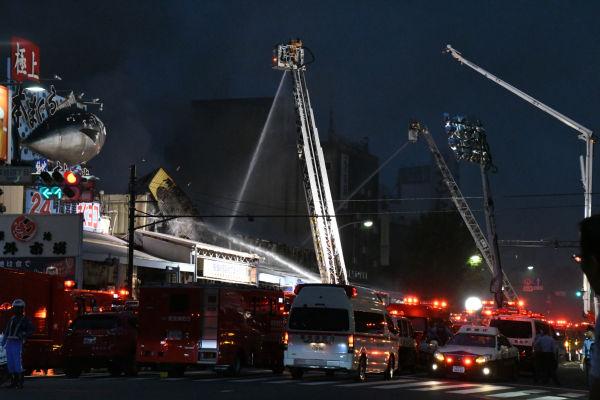消防車数十台が出動し懸命の消火作業が続いた。=3日午後6時50分ごろ、築地 撮影:筆者=