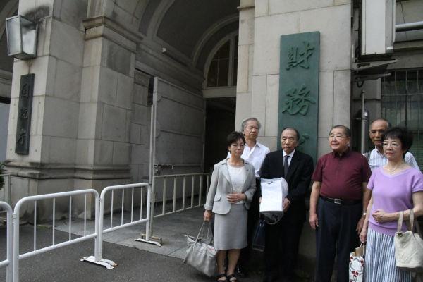 一行は財務省の中には入れてもらえなかった。庁舎前のプレハブで署名を提出した。=21日午後、霞が関 撮影:筆者=