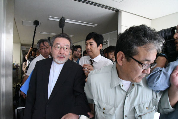 吉川獣医学部長(予定)は作業服を着た市職員に守られながら委員会室を退出した。田中の質問に「今治市に励まされた」と答えた。=6日、今治市役所 撮影:筆者=